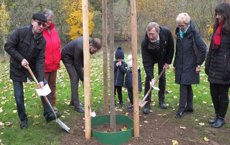 Dini temsilciler çevre kirliliğine dikkat çekmek için ağaç dikti