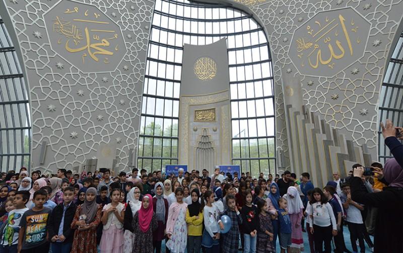 Köln'de öğrenciler dua ile okula başladı
