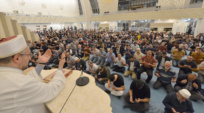 Berat Kandili'nde DİTİB'de eller semaya açıldı