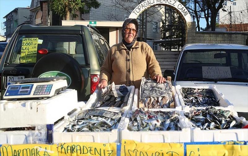 Eşine yardım için gittiği balık tezgahı işi oldu