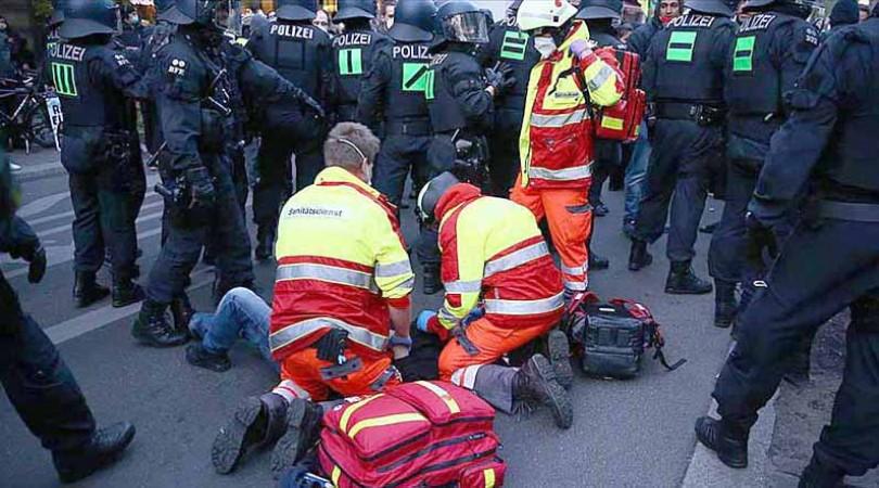 Berlin Polisinden Gazeteciye Yumruk