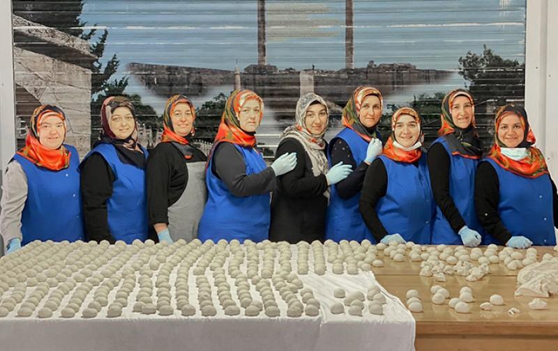 Gönüllü kadınlar lahmacun satarak selzedelere destek oldu