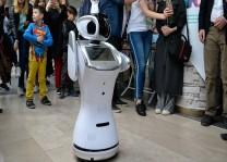Robot Sanbot erik dalı oynadı
