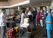 Roth Kliniği Kovid-19 Bölümü çalışanlarına gençlerden moral ikramı