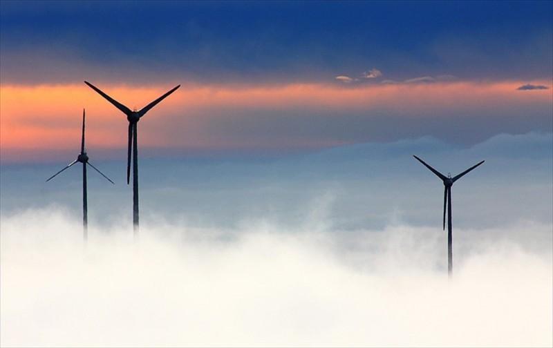 Rüzgar enerjisi ayaklarının üzerinde