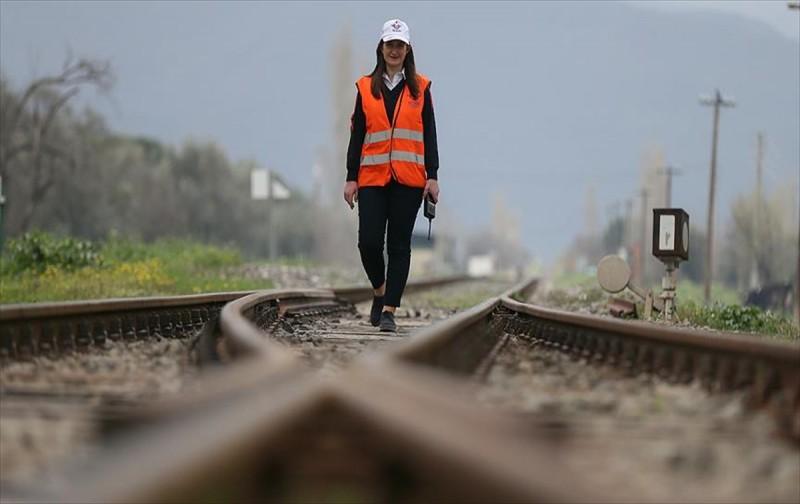 Tren raylarına kadın eliyle yön veriyor