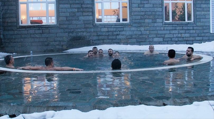 Uludağ'da kar altında havuz keyfi