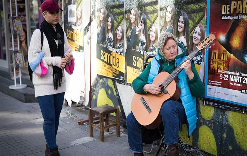 Yabancı gelin hayata gitarıyla tutundu